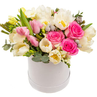 Цветы в коробке с альстромериями